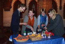 Schön salzig: Phil Rieger (von links), Sophie Menzel, Anja Goral und Laura Schmidt mahlen und mischen Salz. Foto: Andrea Hesse