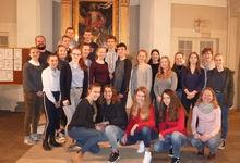 Die Trainees aus der Region Wedemark mit ihren Ausbilderinnen und Ausbildern in der Brelinger Kirche.