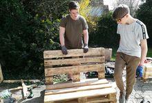 Reik und Benni haben aus alten Paletten Möbel für die Terrasse vor dem Jugendraum gebaut.