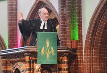Kein heiliger Raum, aber ein Asyl-Ort für die Seele: Landesbischof Ralf Meister predigte im Festgottesdienst in der Elisabeth-Kirche. Foto: Andrea Hesse