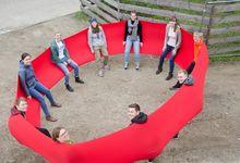 Mit einem riesigen, elastischen roten Tuch schwingt sich das Team auf die Zeit in Mardorf ein. Foto: Andrea Hesse