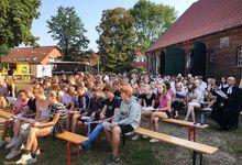 Gemeinsam zuhören, singen und beten: Jugendgottesdienst vor der Elzer Pfarrscheune. Foto: Ute Weiß