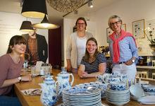 Sarina Schneider (von links), Anna Thumser und Anne Basedau bedanken sich im edelMut-Laden in Burgwedel bei Bettina Bode. Foto: Andrea Hesse