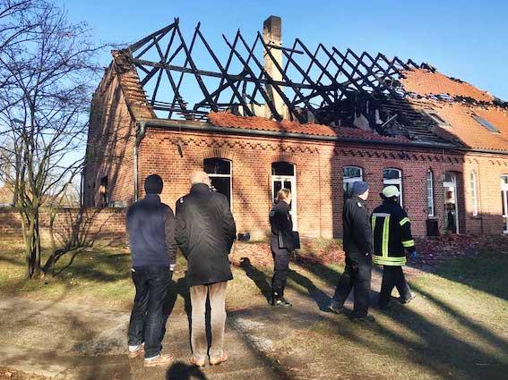 Der alte Teil des Mellendorfer Gemeindehauses brannte in der Nacht zu Dienstag völlig aus.
